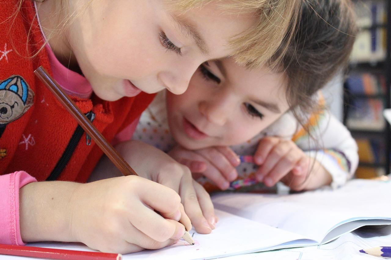 子どもが勉強している写真