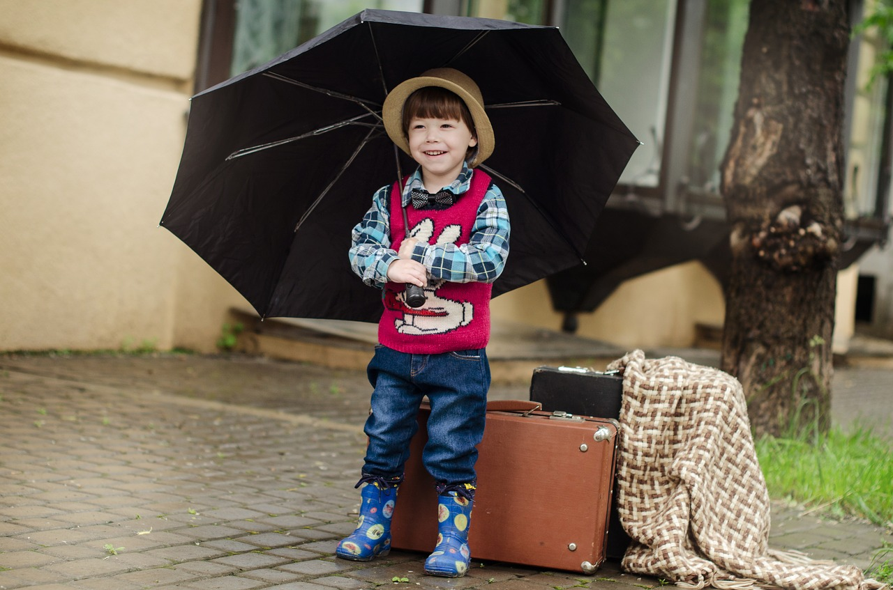 傘をさしている子どもの写真