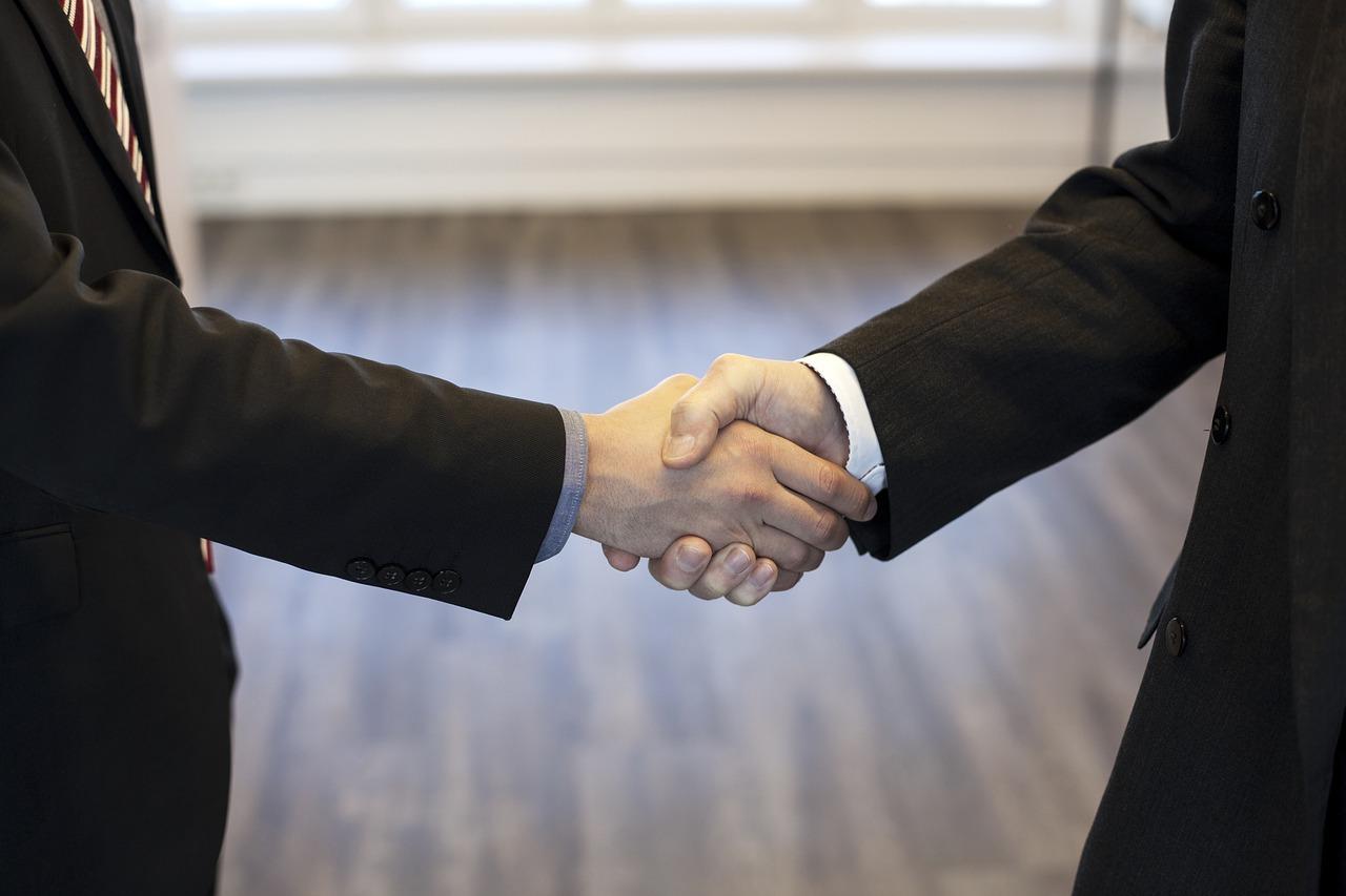 握手をしている手と手