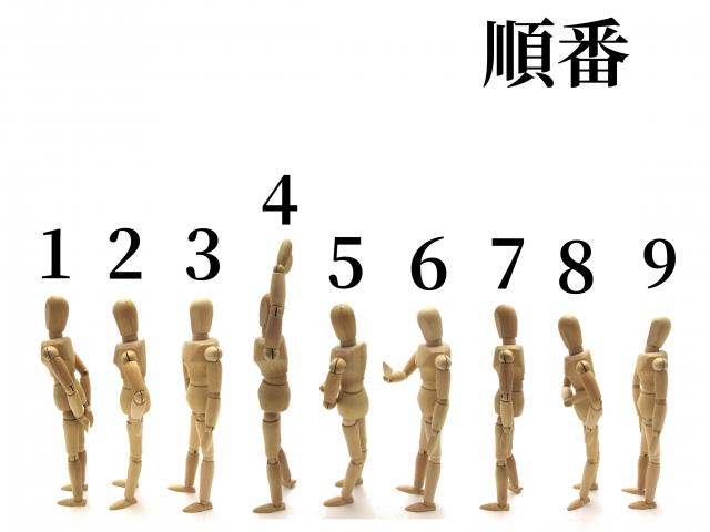 順番に並んでいる人の模型