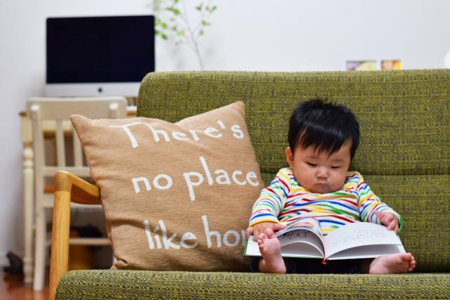 赤ちゃんが本を読んでいる写真