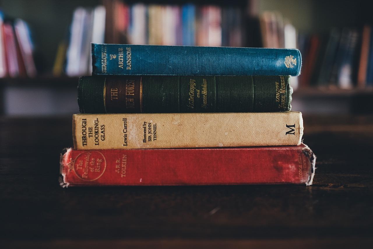 本が積まれた写真