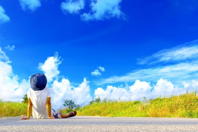 青空を眺める人