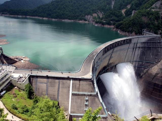 ダムの放水の写真