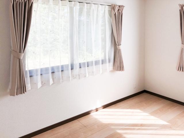 部屋のカーテンの写真